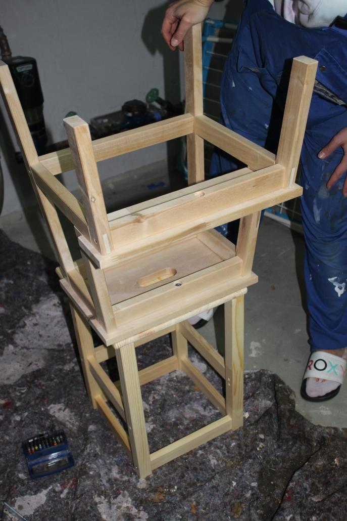 BEKVÄM wird verkehrtherum auf die Sitzfläche von ODDVAR gestellt