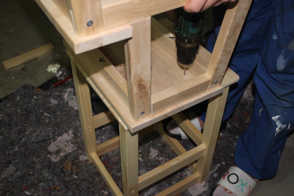 Mit Holzschrauben wird BEKVÄM an ODDVAR befestigt