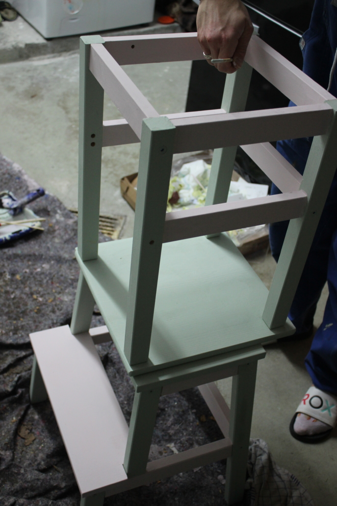 Fertig bestrichen, muss der Stuhl nur noch trocknen