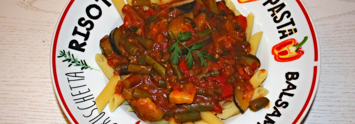 Mamas mediterrane Gemüsesauce auf einem Pastateller mit Penne