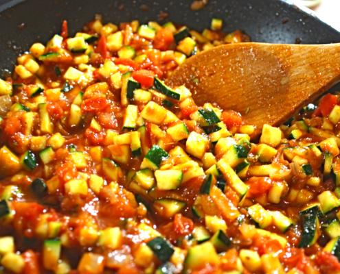 Zucchini und Tomatenmark hinzugeben