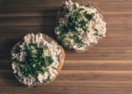 Hüttenkäse auf Brot mit Schnittlauch