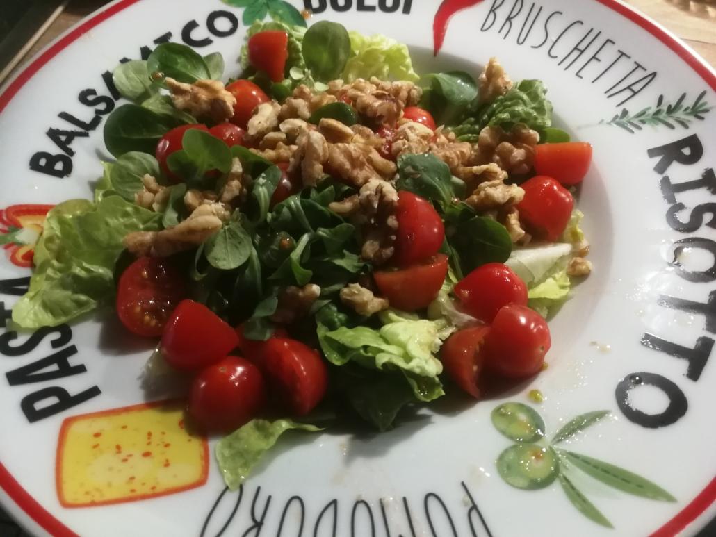 Salat mit warmem Ziegenkäse ist schnell angerichtet und schmeckt fantastisch.