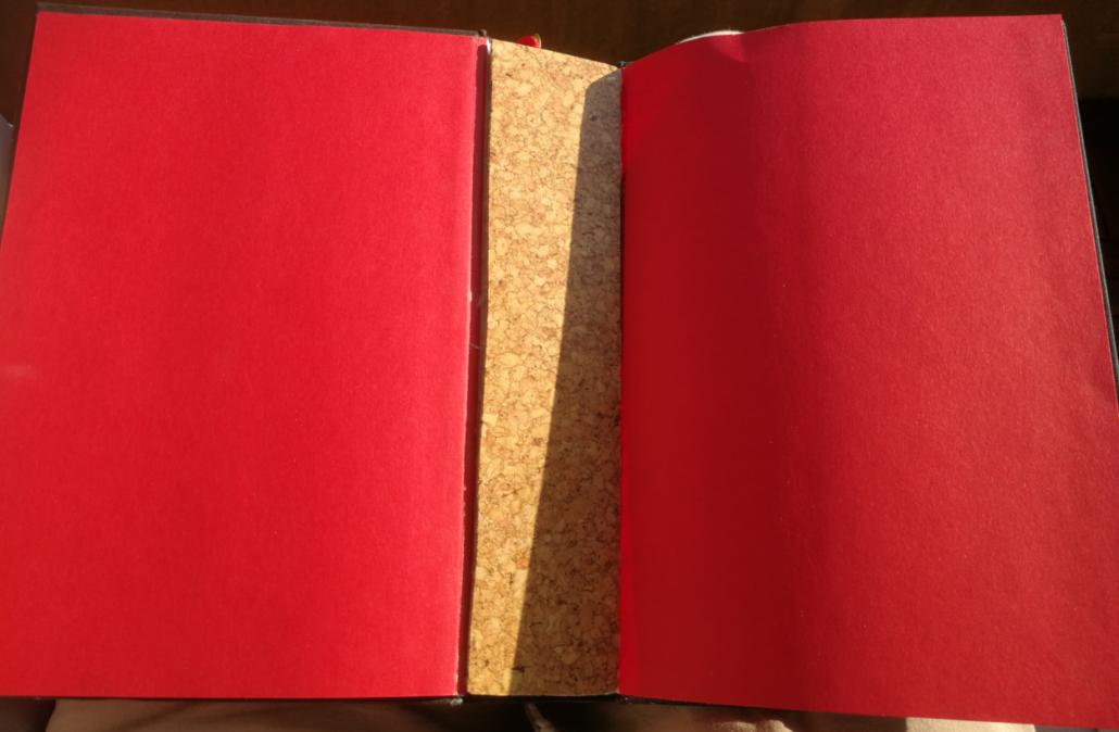 Buch ohne Seiten - die erste Korkplatte kommt an den Buchrücken