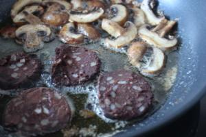 Black Pudding gut von beiden Seiten anbraten - verwendet dickere Scheiben als hier!