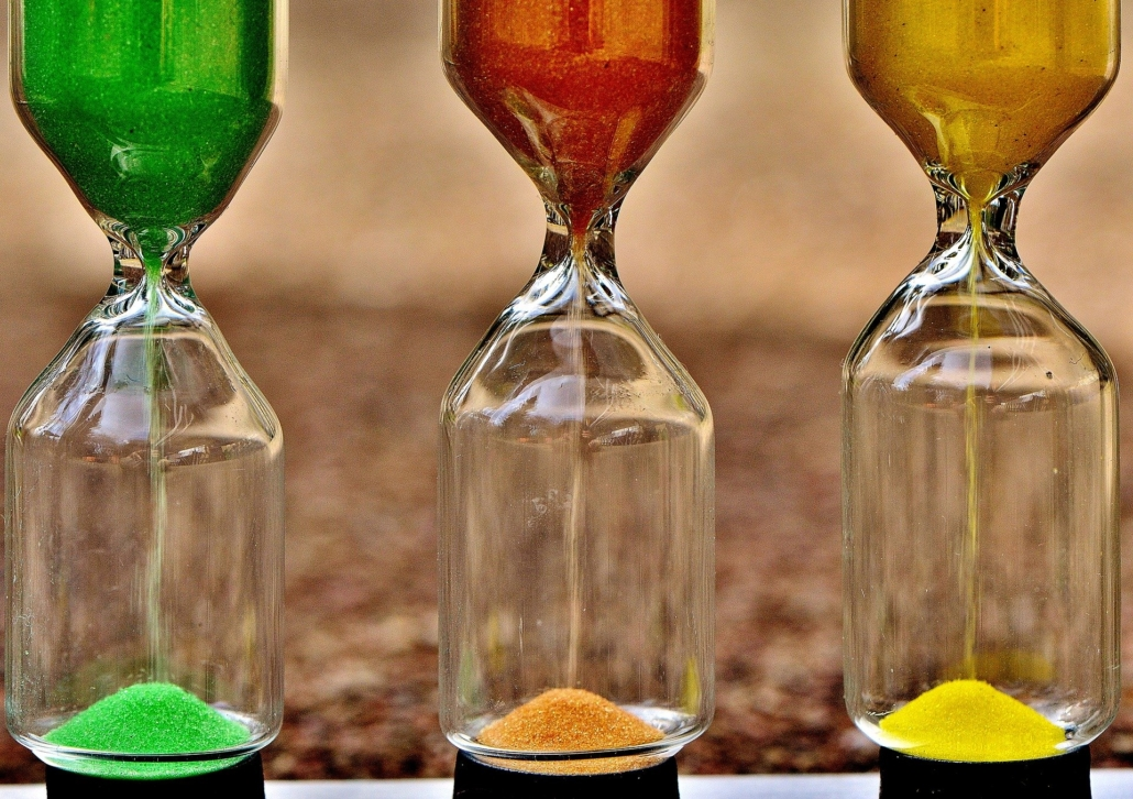 Drei Sanduhren mit verschiedenen Farben
