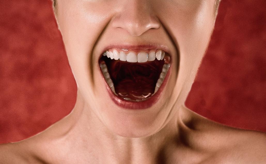 Eine schreiende Frau